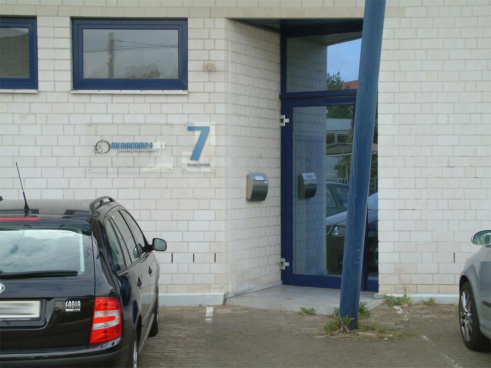 Neues Spiel, neues Glück? - Schild der Firma Media-com Ltd. & Co. KG am 16.09.2008 am Sitz der Server-Tel Ltd. & Co. KG